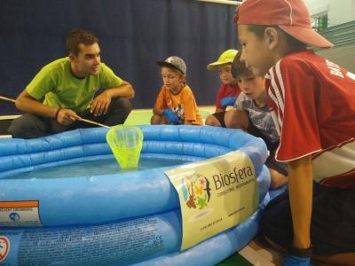 Jovens em contacto com peixes